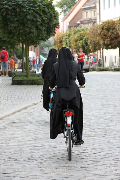 400px-Nuns_on_bicycle..._3876255162